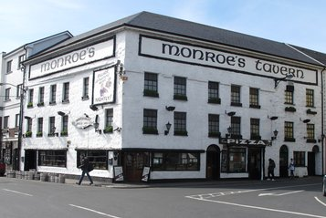 galway-city-pubs-monroes