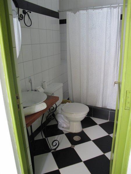 ninos-hotel-bathroom