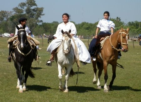san-antonio-de-areco-argentina-gauchas