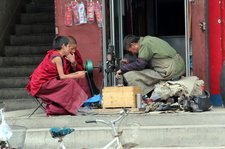 china-with-kids-labrang-monastery-young-monks